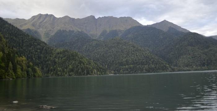 Озеро Рица - вид с берега